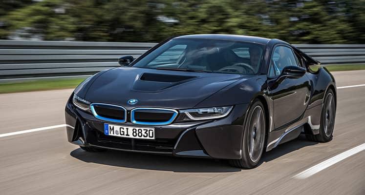 El BMW i8 es un revolucionario deportivo híbrido enchufable con puertas de tijera y configuración 2+2. No apto para todos los bolsillos, no apto para todos los gustos y, en definitiva, totalmente revolucionario.