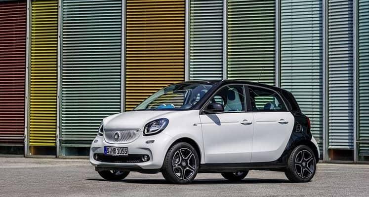 El smart forfour es un coche urbano de 5 puertas y cuatro plazas estrictas. Lleva motores de tres cilindros sobre el eje trasero, liberando una gran cantidad de espacio interior y eliminando prácticamente el capó frontal.