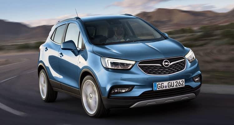 El Opel Mokka X es un todocamino de dimensiones muy contenidas, ligeramente más corto que un Nissan Qashqai y que un Opel Astra, pero bastante más largo que un Opel Corsa. Comparte plataforma y motores con el Chevrolet Trax, aunque existen diferencias significativas respecto a este en cuanto a diseño, equipamiento y los revestimientos del interior.