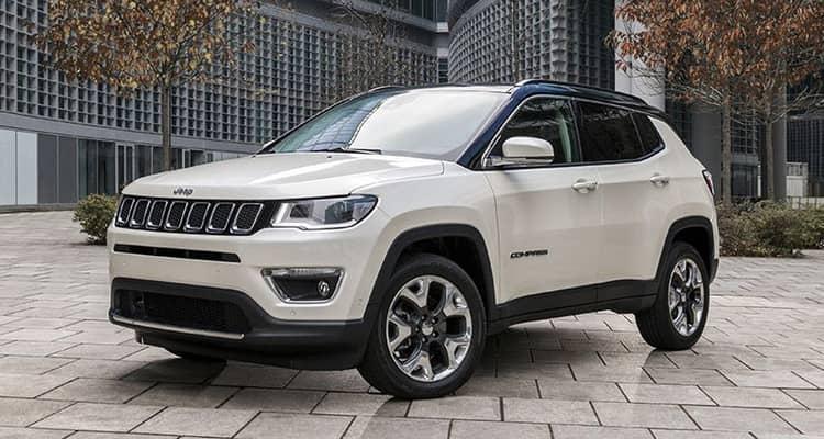 El Jeep Compass es un todocamino compacto de origen estadounidense. Está disponible con varias mecánicas gasolina o diésel, con tracción delantera o total y con caja manual o automática de nueve velocidades. Fuera del asfalto las versiones Trailhawk brillan por sus aptitudes camperas