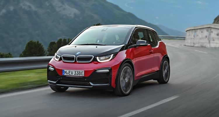 """El BMW i3 permite instalar un extensor de autonomía a gasolina para aumentar el alcance hasta los 450 Km según el ciclo NEDC. La gama 2018 se enriquece con la llegada de las versiones """"S"""" con 184 CV y mejores prestaciones, además de recibir modificaciones en estética y equipamiento en todos."""