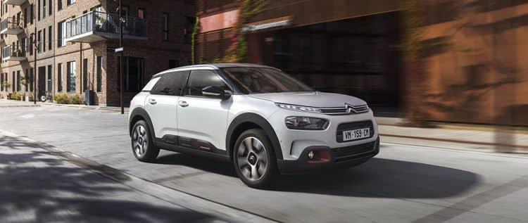 El Citroën C4 Cactus está a medio camino entre un subcompacto algo elevado y un SUV algo bajo. Su única carrocería dispone de 5 puertas y 5 plazas, con una curiosa banqueta corrida en los asientos delanteros si se opta por la caja automática.